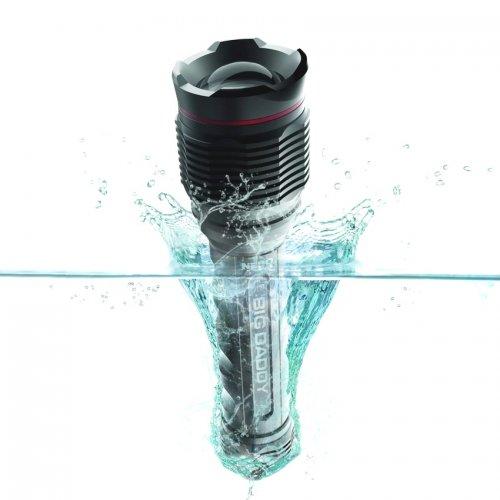 Lanterna de 2000 lúmens. Completamente à prova de água.